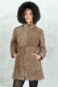 Cappotto in montone con cappuccio con bordo in pelliccia di volpe tinta verde