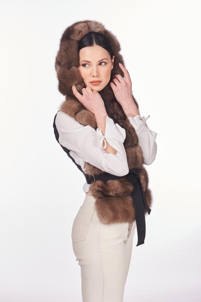 gilet con cappuccio in pelliccia di zibellino russo con cintura nera